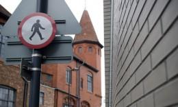 Divieto di ... camminare in un centro storico inglese. Lo spazio pubblico è sempre più un lusso nelle grandi città ...